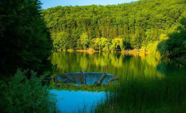 Vida, lacul cu vartej si apa de o culoare mirifica 1