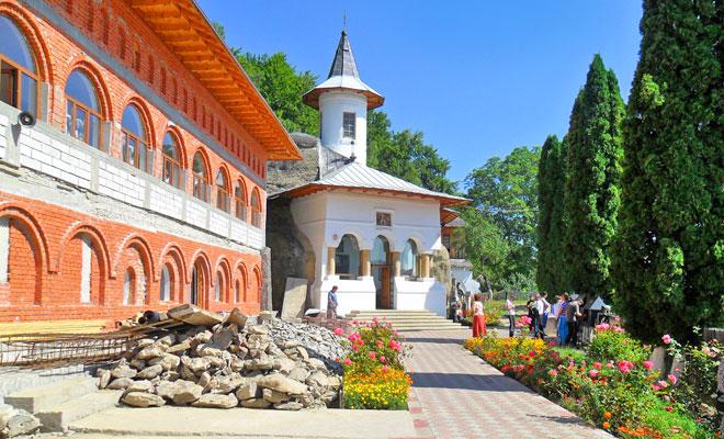 Manastirea Namaiesti din comuna Valea Mare Pravat - flickr