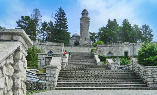 Mausoleul Eroilor de la Mateias din comuna Valea Mare Pravat