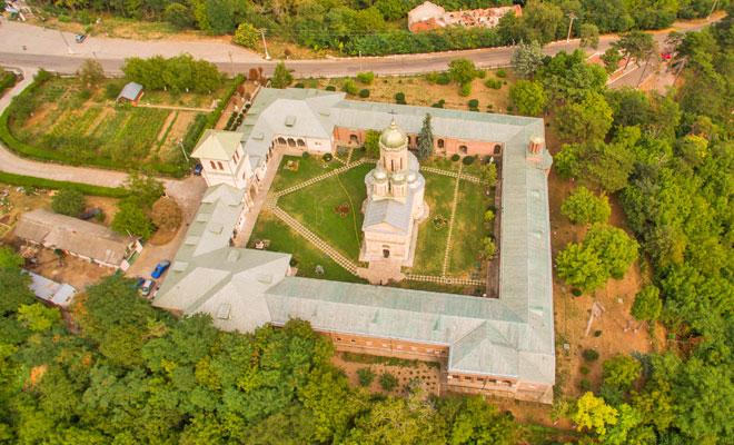 manastirea-dealu-din-comuna-aninoasa-flickr