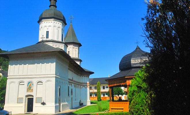 manastirea-secu-din-comuna-pipirig-flickr