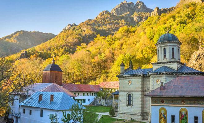 manastirea-stanisoara-din-orasul-calimanesti-flickr