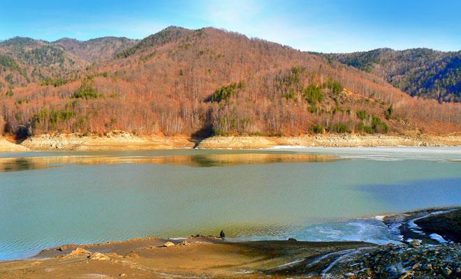 Lacul Poiana Uzului din comuna Nicolae Balcescu - flickr