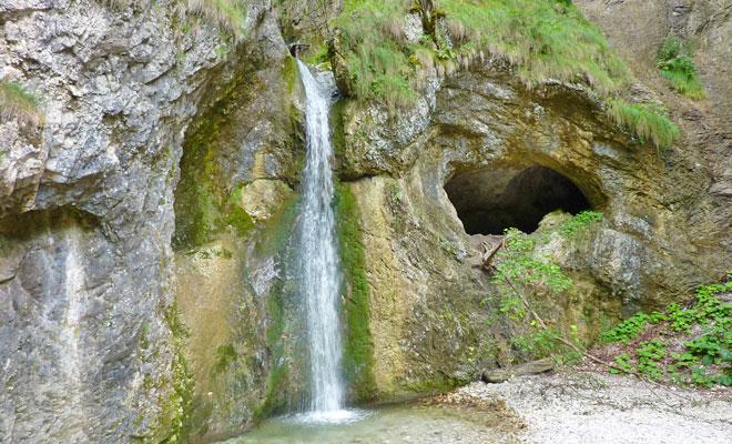 Cascada Oselu din comuna Pietroasa - flickr