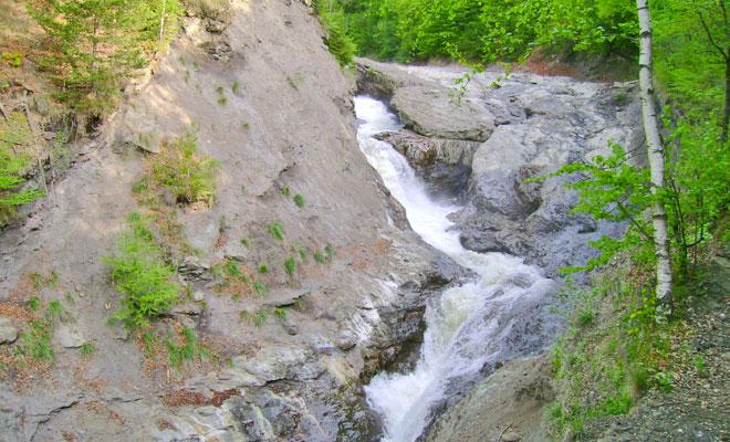 cascada-putnei-din-comuna-tulnici-flickr