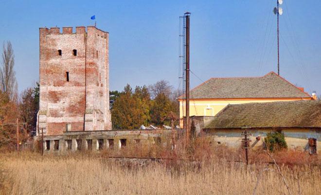 turnul-feudal-cetatea-ciacovei-din-orasul-ciacova-infopensiuni