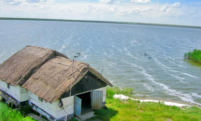 lacul-strachina-din-comuna-valea-ciorii-bimturism