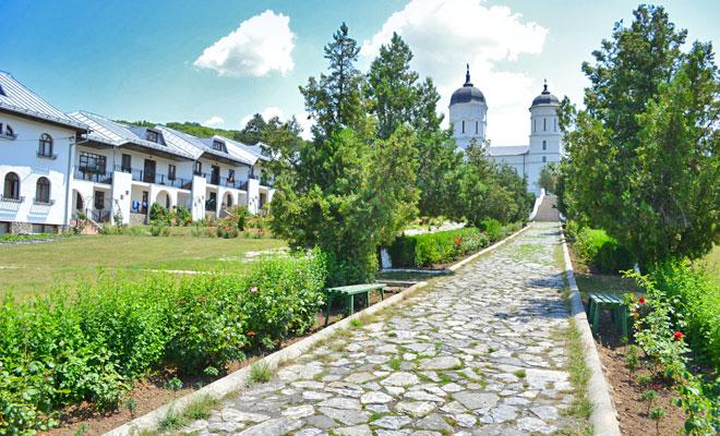 manastirea-celic-dere-din-comuna-frecatei