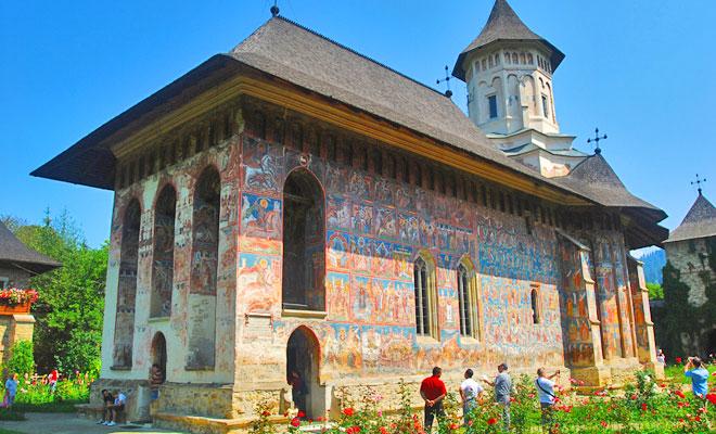 manastirea-moldovita-din-comuna-vatra-moldovitei-flickr