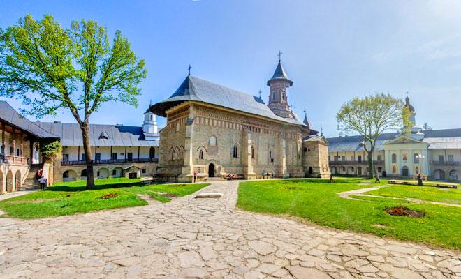 manastirea-neamt-din-comuna-vanatori-neamt-flickr