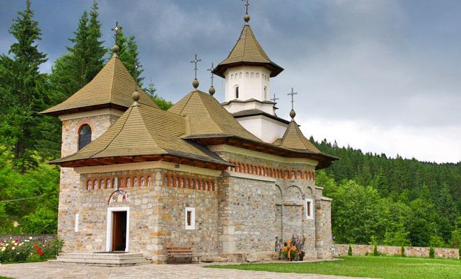 manastirea-sihastria-putnei-din-comuna-putna-zilesinopti