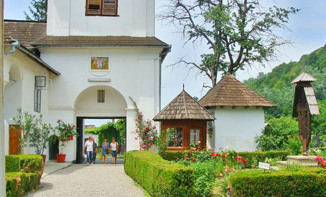manastirea-surpatele-din-comuna-francesti-flickr