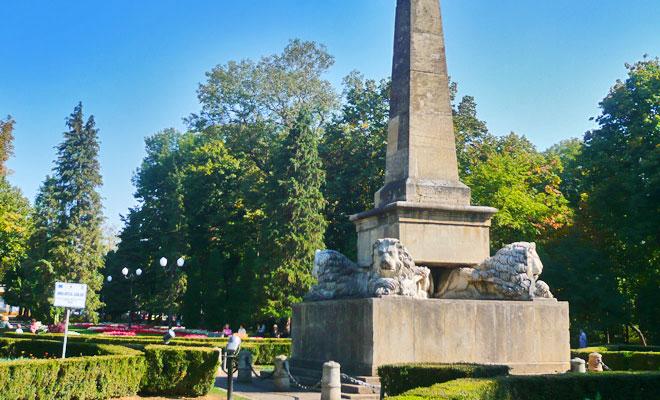 obeliscul-cu-lei-din-orasul-iasi-flickr