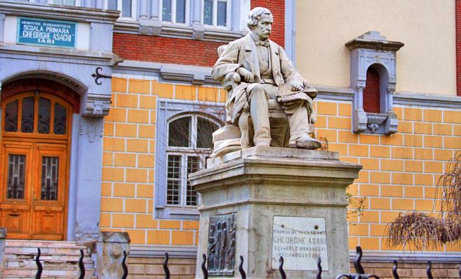 statuia-lui-gheorghe-asachi-din-orasul-iasi-flickr