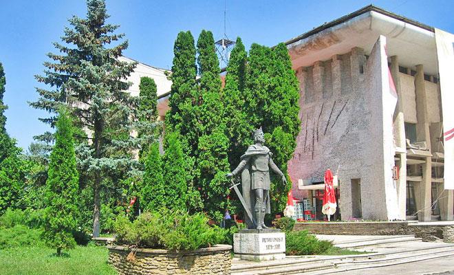 statuia-lui-petru-musat-din-orasul-suceava-bimturism