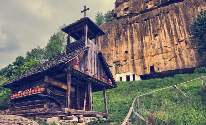 Manastirea-Corbii-de-Piatradin-comuna-Corbi,-județul-Arges