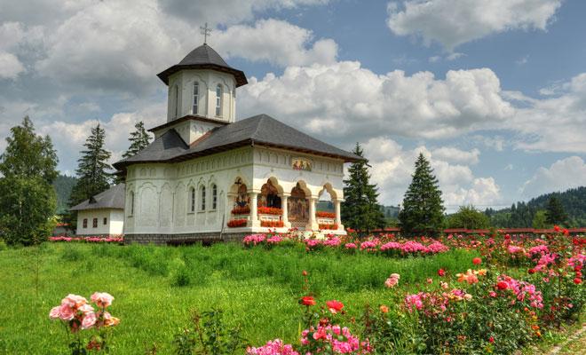 Manastirea-Izvoru-Muresului-din-comuna-Voslabeni,-judetul-Hargita